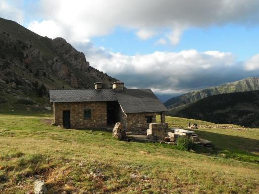Refugi de Claror, el camp base per visitar la vall i els orris