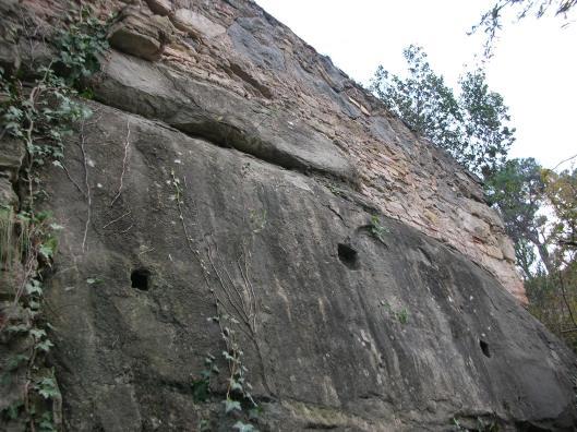 Els encaixos de la teulada del molí de Baix antic. A sobre, el mur del rec del segle XVIII
